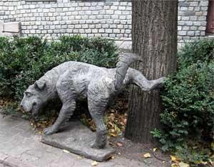 Памятник писающей собаке в Москве