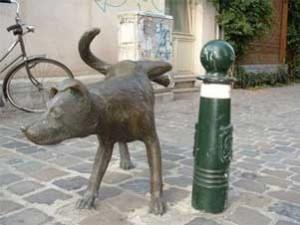 Знаменитая писающая собака в Брюсселе